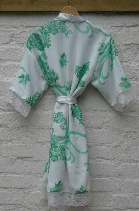 floral-&amp-lace-robe--002